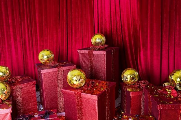Kerst geschenkdozen met gouden ballen. bovenaanzicht met kopie ruimte.