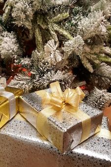 Kerst geschenkdozen onder de kerstboom