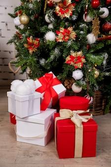 Kerst geschenkdozen onder de kerstboom.