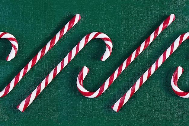 Kerst gestreepte candy cane geïsoleerd op groene achtergrond