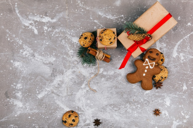Kerst gingerbreads en koekjes liggen voor een huidige doos