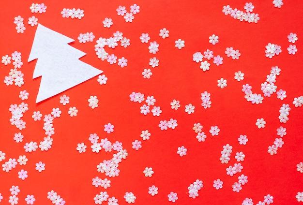 Kerst, glanzend witte pailletten verspreid over een helder rood