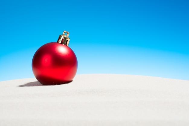 Kerst glazen bol op het strand
