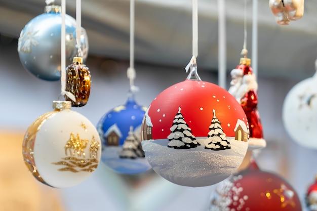 Kerst glazen bol ornamenten op een kerstmarkt in milaan