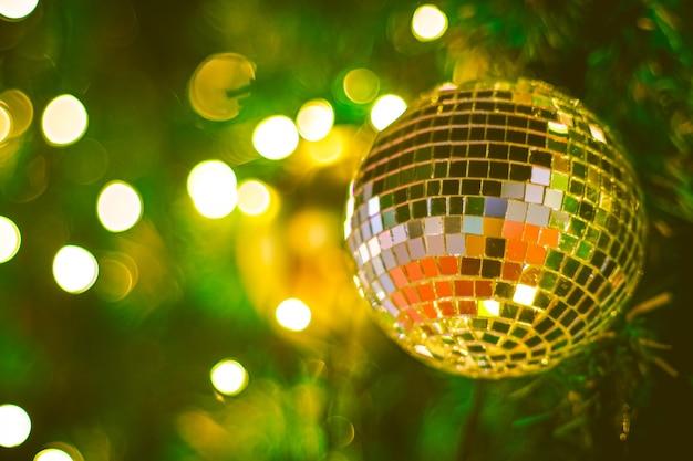 Kerst glitter bal decoratie op bokeh achtergrond. kleurrijke bokeh achtergrond wazig. kerst achtergrond