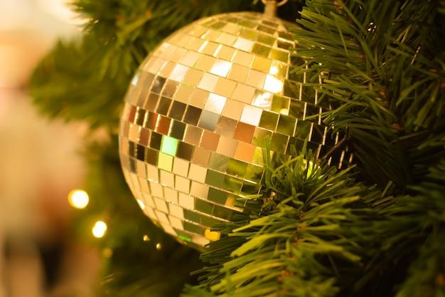 Kerst glitter bal decoratie op bokeh achtergrond