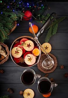 Kerst glühwein en kruiden. plat leggen. bovenaanzicht