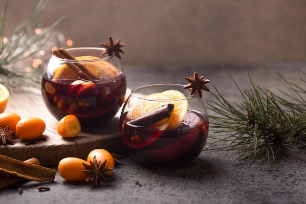 Kerst glühwein in cirkel glazen heerlijke vakantie zoals feesten met kaneel steranijs kruiden. traditionele warme drank in cirkelglazen of drank, feestelijke cocktail met kerstmis of nieuwjaar