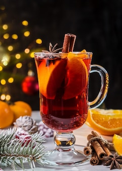 Kerst glühwein, kaneel en takken van sparren