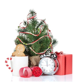 Kerst glühwein met dennenboom en geschenkdoos. geïsoleerd op witte achtergrond