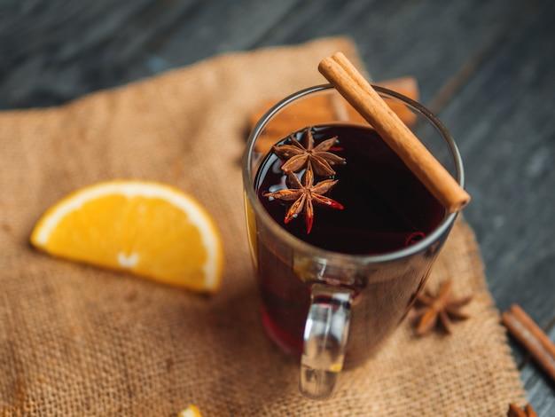 Kerst glühwein met kaneel, anijs en citrus