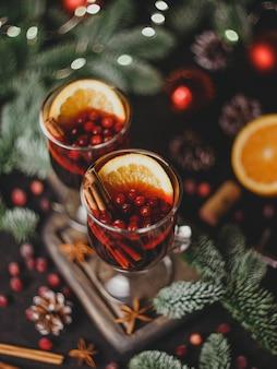 Kerst glühwein met kruiden en sinaasappelen traditionele drank voor kerstmis