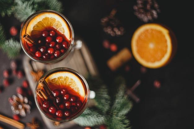 Kerst glühwein met kruiden en sinaasappels
