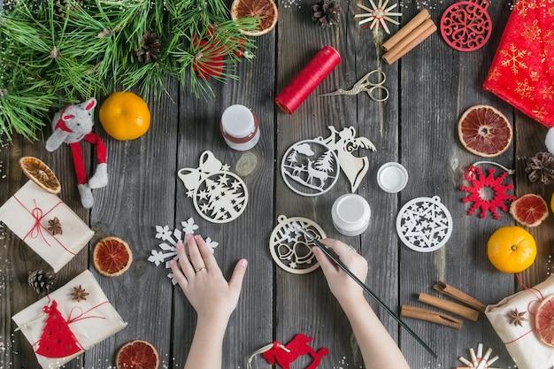 Kerst glühwein mocktail frisdrank naast sparren takken en guirlande