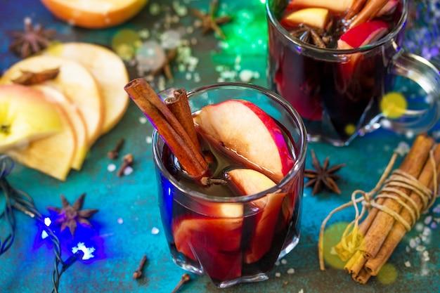 Kerst glühwein of sangria met kruiden close-up twee glazen warme glühwein
