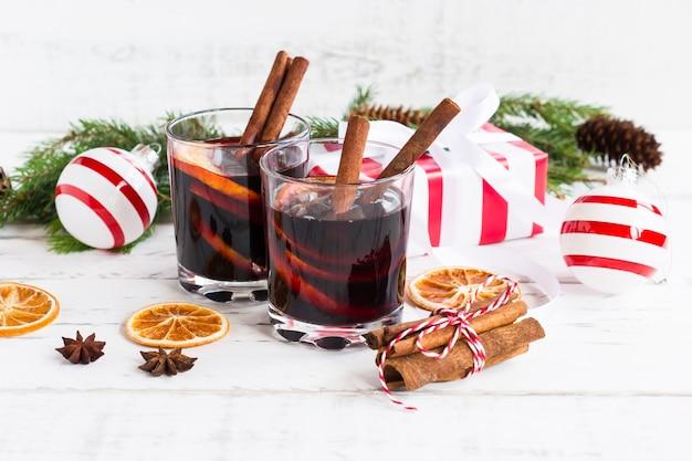 Kerst glühwein. vakantieconcept versierd met dennentakken, geschenken en specerijen.