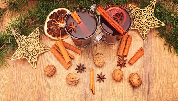 Kerst glühwein. vrolijk kerstfeest. glas glühwein met kaneel en anijs, bovenaanzicht. selectieve focus.vakantie