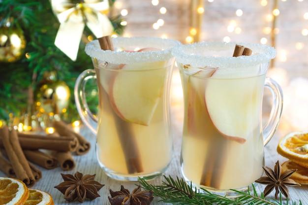 Kerst glühwein witte wijn met kruiden en appels.