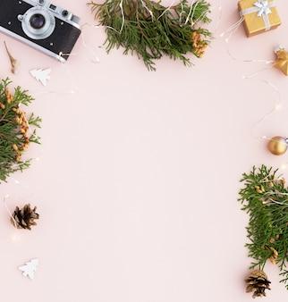 Kerst grens. kerst frame met geschenken, spar takken op pastel roze achtergrond. platliggend, bovenaanzicht, kopieerruimte