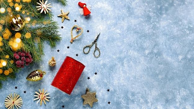 Kerst grens met rode versieringen, gouden decor op blauw