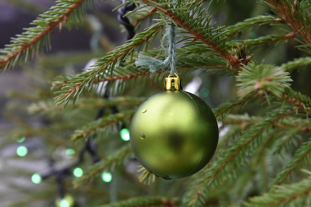 Kerst groene bal opknoping op kerstboom buiten.