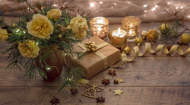 Kerst handgemaakte geschenkdozen versierd met ambachtelijke papier tak en sneeuwvlok op houten achtergrond
