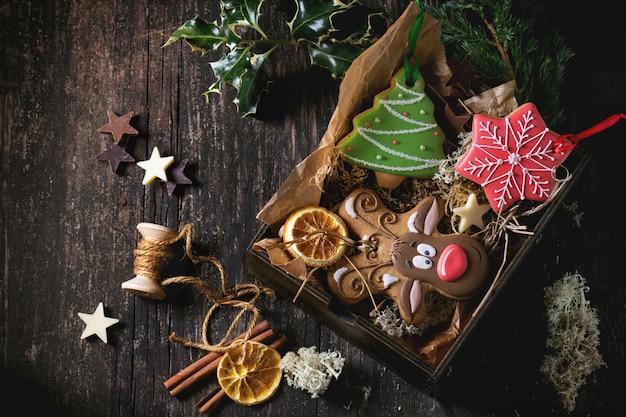 Kerst handgemaakte peperkoekjes met patronen