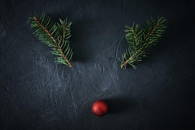 Kerst herten gemaakt van dennentakken en feestelijke kerstbal