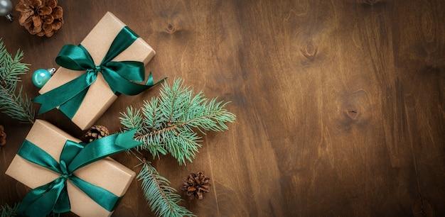 Kerst houten achtergrond met decoraties en geschenkdoos met kopie ruimte