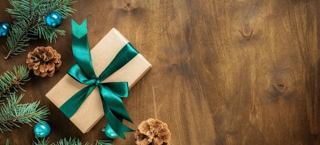 Kerst houten achtergrond met decoraties, fir takken en geschenkdoos