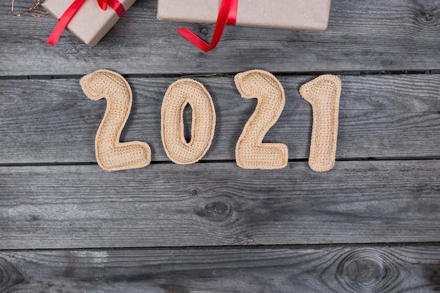 Kerst houten achtergrond met gehaakte nummers 2021