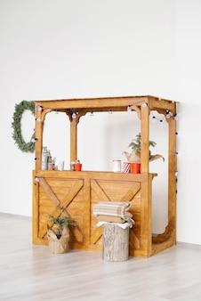 Kerst houten kraam met warme dranken