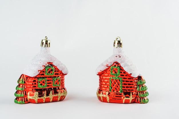 Kerst huizen geïsoleerd op een witte achtergrond. kerst versiering. selectieve aandacht.