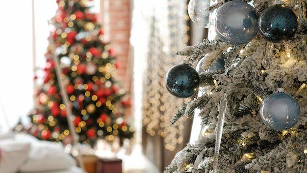 Kerst interieur. close-up van sparrentakken met vorst, blauwe glasballen