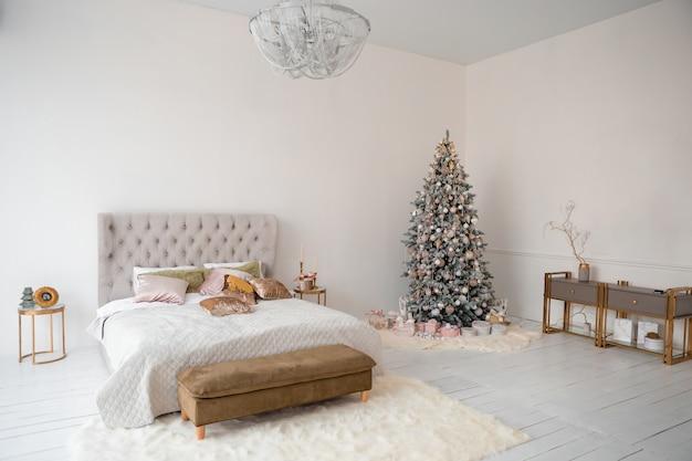 Kerst interieur met kerstboom, geschenkdozen