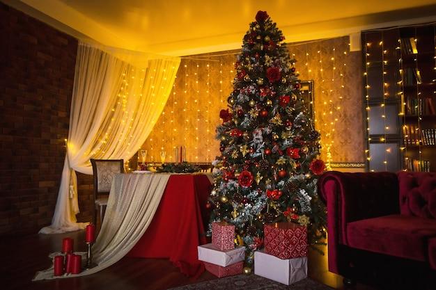 Kerst interieur van de donkere woonkamer van het huis