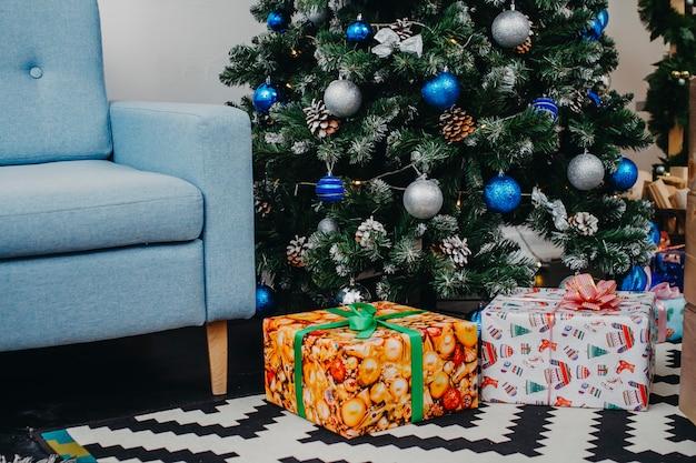 Kerst interieur van een versierde kerstboom met geschenken