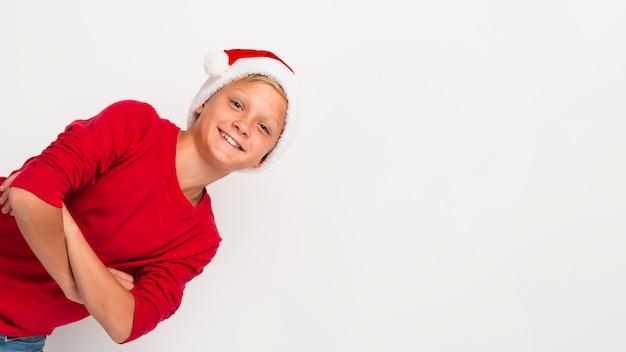 Kerst jongen met gekruiste armen