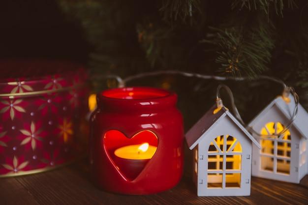 Kerst kaars en decoraties voor het nieuwe jaar en kerstvakantie