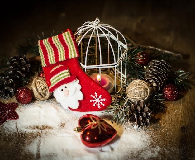 Kerst kaars en feestelijke accessoires op tafel. foto met kopie ruimte