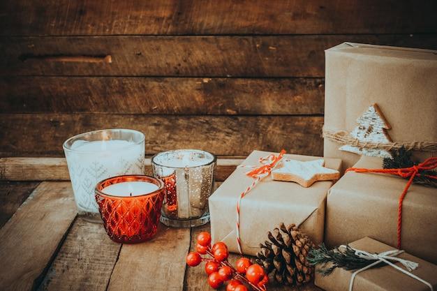 Kerst kaars 's nachts in vrolijk kerstfeest en nieuwjaar vakantie met rustieke handgemaakte geschenkdozen.