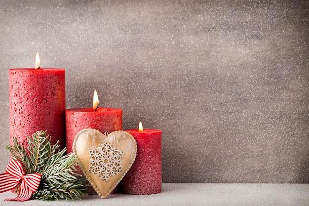 Kerst kaarsen en verlichting. kerst achtergrond.