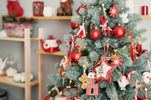 Kerst kamer interieur met kerstboom. lichten van slingers.