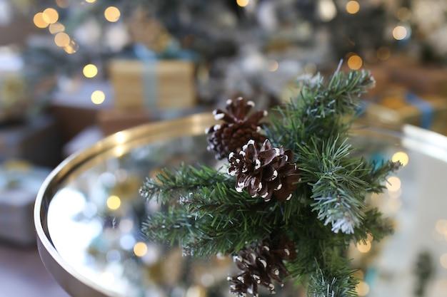 Kerst kegel close-up op de achtergrond van de kerstboom bokeh en slingers