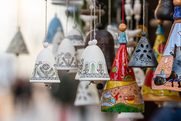 Kerst keramiek bell decoraties op kerstmarkt in riga, letland