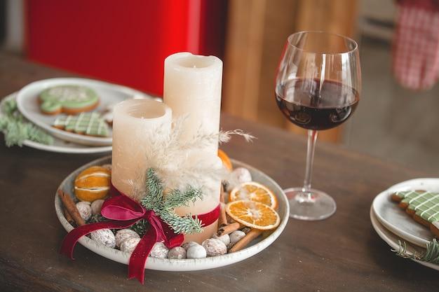 Kerst keuken decor. keukengerei op tafel. decoraties voor de feestdagen.