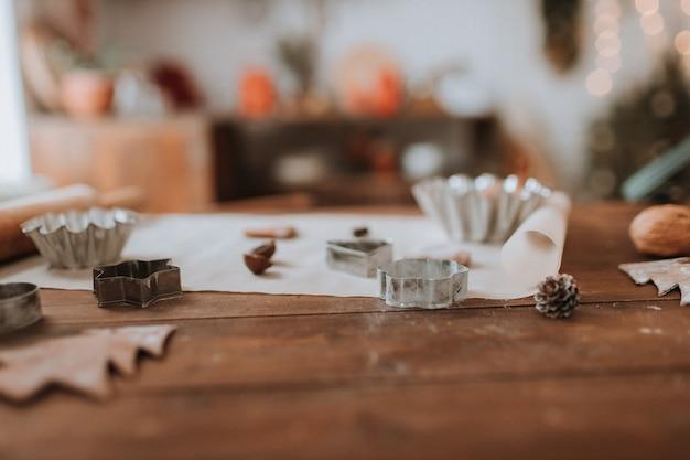 Kerst keuken houten tafel met kookgerei deegroller cupcake en koekjesvormen geen mensen