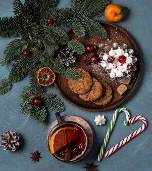 Kerst koekjes kopje thee boom nieuwe jaar bovenaanzicht