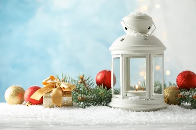Kerst lantaarn op gedecoreerde tafel