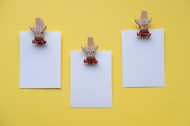 Kerst lege kaarten wasknijpers santa claus op een gele muur met plaats voor tekst